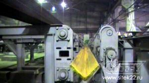 Цепной конвейер с цепным кантователем и рычажным механизмом загрузки в входной рольганг